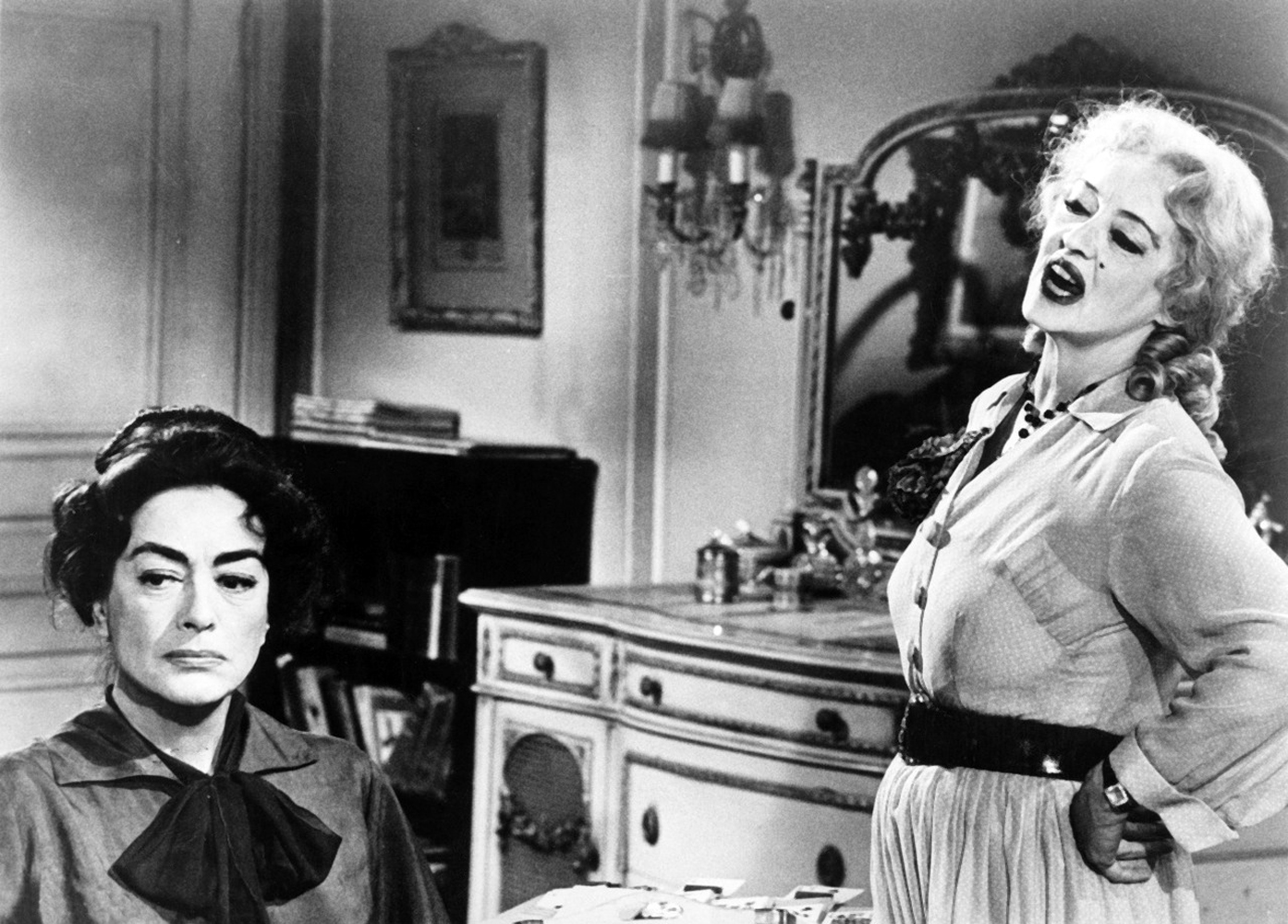 Joan Crawford (solda) ve Bette Davis, 'What Ever Happened to Baby Jane?' filminde.